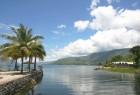 pemandangan dari pulau di tengah Danau Toba