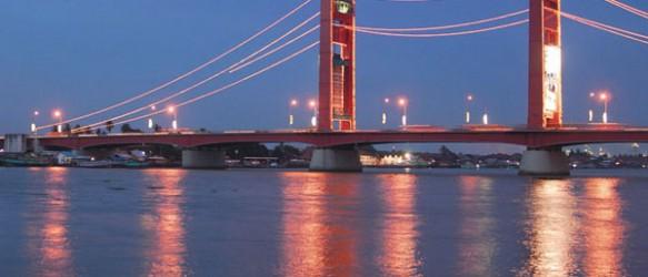 Jembatan Ampera di Sungai Musi Malam Hari